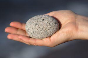 Stein gehalten in der Hand